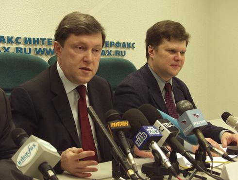Григорий Явлинский и Сергей Митрохин на пресс-конференции в Интерфаксе 23 декабря 2002 г. фото: Сергей Локтионов, пресс-служба
