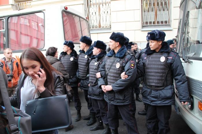 Вчера у стен мариинского дворца правозащитники секс меньшинств провели серию одиночных пикетов