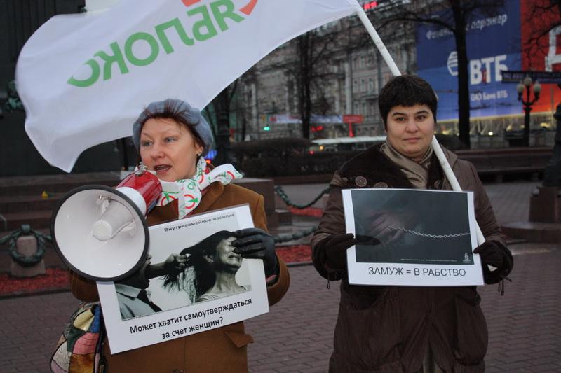По данным участников акции, ежегодно от домашнего насилия в России